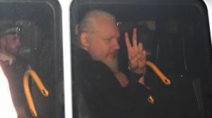 La mayoría de ecuatorianos aprueba retiro de asilo a Assange, según una encuesta