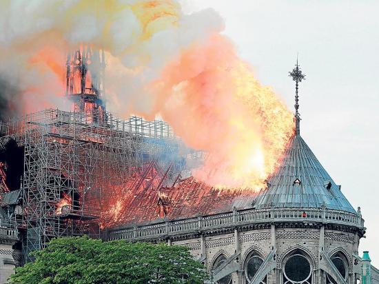 Arde Notre Dame, símbolo de París y del arte gótico