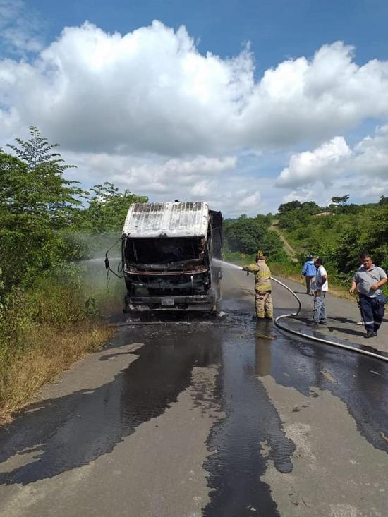 Carro se incendia en  la vía a Santa Teresa