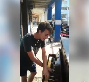 Vídeo de portovejense cantando y tocando el piano en medio de la tragedia del 16A se hace viral