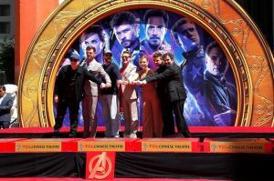 Actores de ''Avengers: Endgame'' dejan sus huellas en el Paseo de la Fama