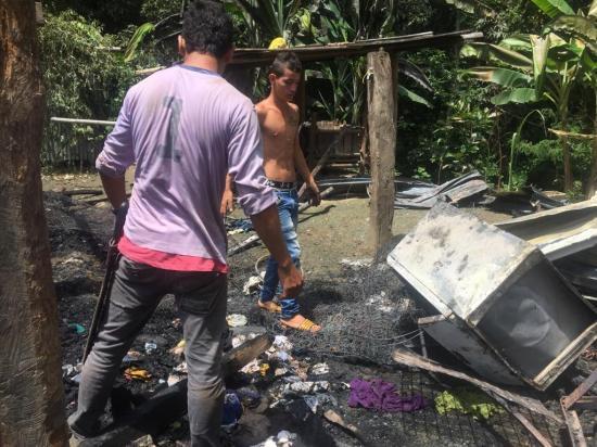 Madre y sus ocho hijos pierden todo en incendio, en la parroquia Colón