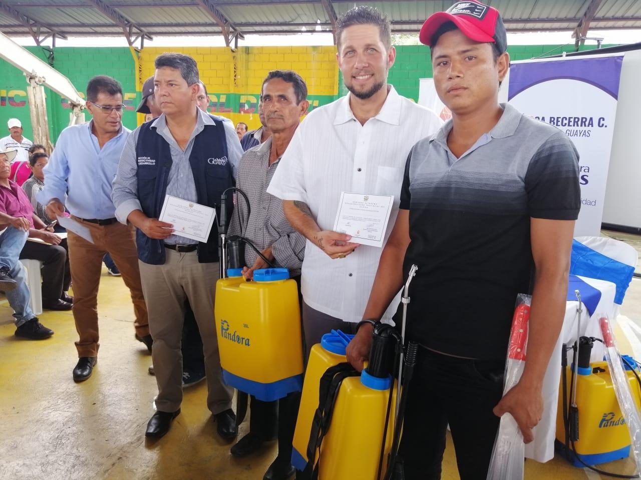 Comuneros reciben kits agrícolas