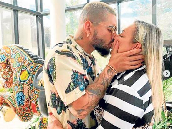Maluma recibe críticas por besar a su mamá en la boca