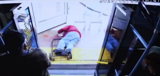 Buscan a testigos de empujón a un anciano para que cayera de un bus y que le causó la muerte