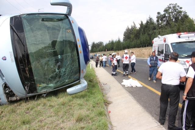 Un muerto y 16 heridos al volcarse autobús en intento de asalto en México