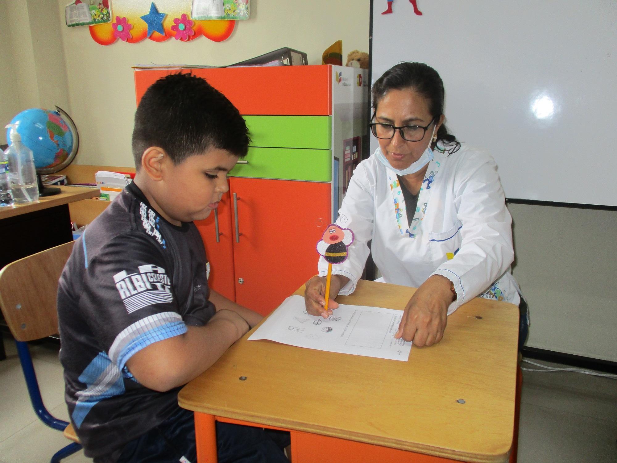 Niños estudian en el hospital