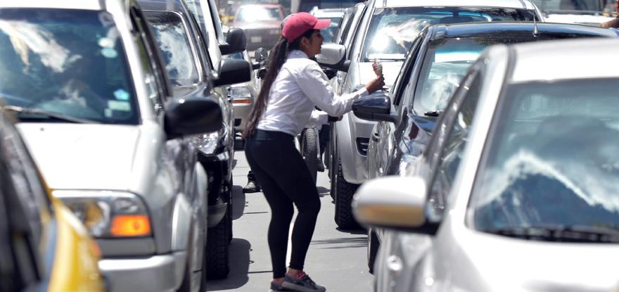 Un 87 % de venezolanos en Ecuador cobra menos del salario mínimo, según OIM