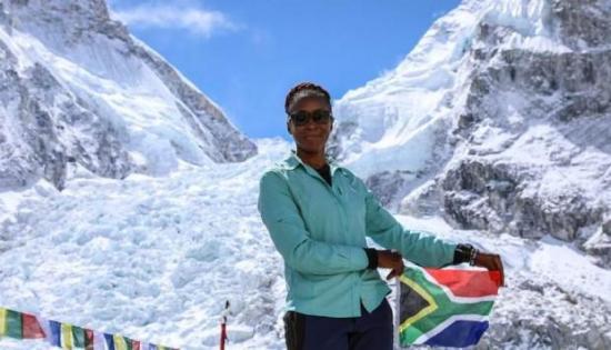 Una sudafricana, primera mujer negra africana en subir el Everest