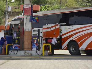Buses tanquean con pasajeros, pese a que la ley lo prohíbe