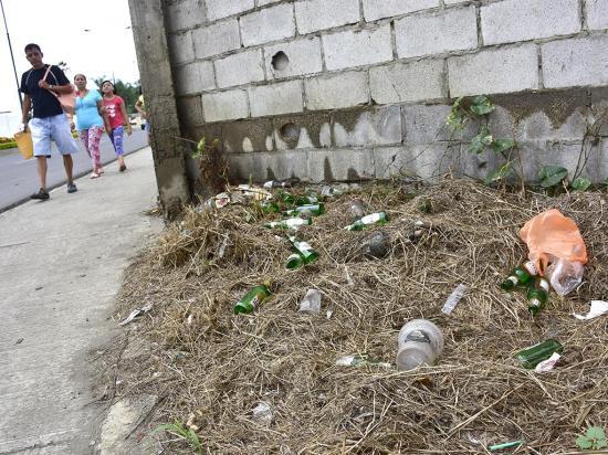 'Full' botellas y ropa interior en avenida