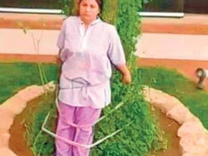 Mujer  atada a  un árbol