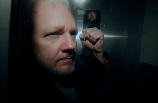 Naturalización de Julian Assange viola ley de Ecuador, según informe de Contraloría