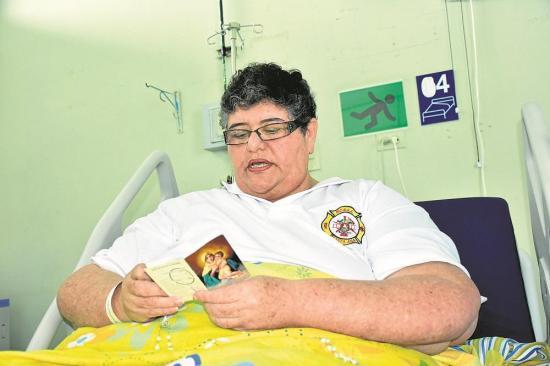 La maestra Esther está en el hospital y espera la cirugía