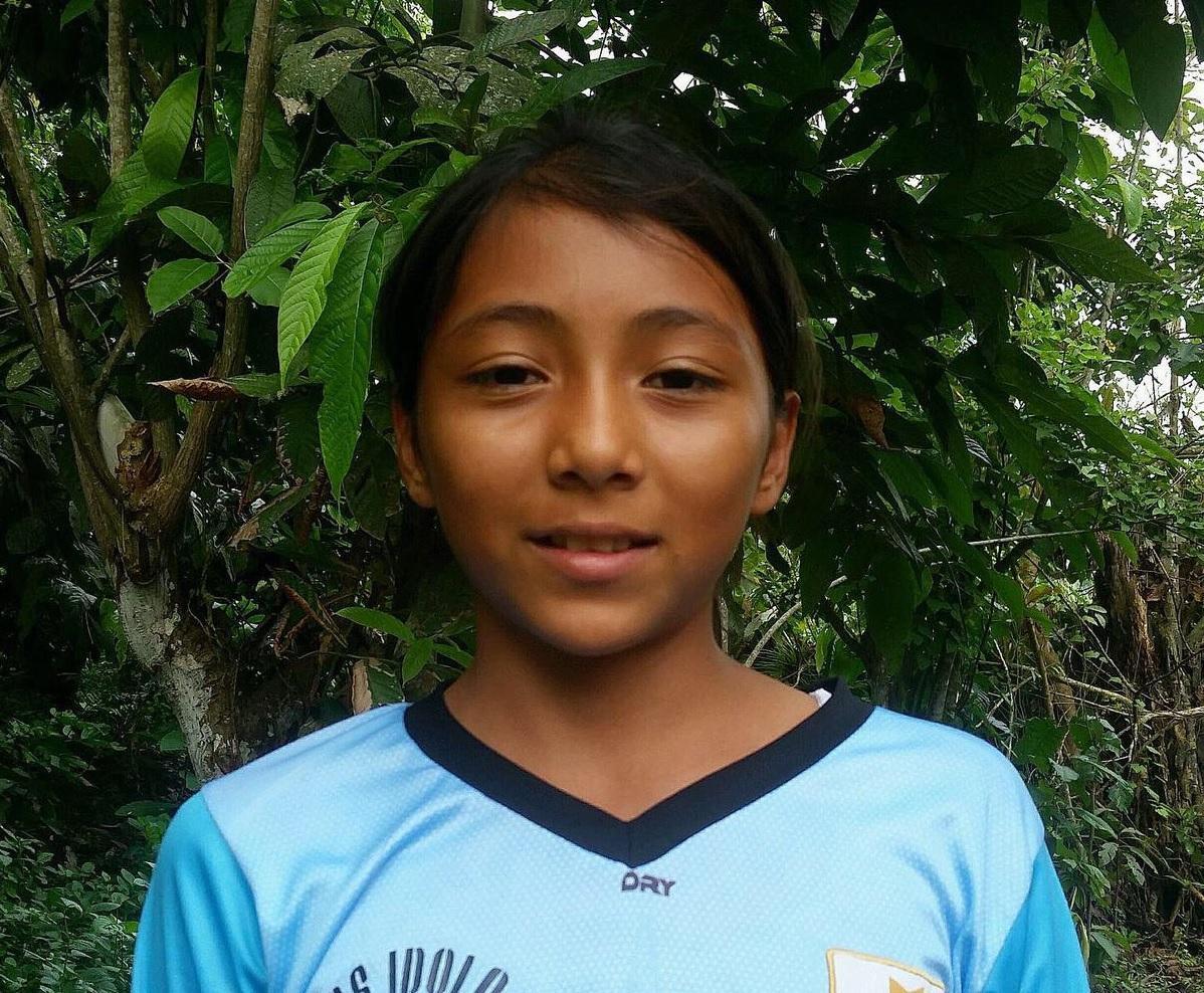 Niña ecuatoriana reclama título de futbolista profesional más joven del mundo