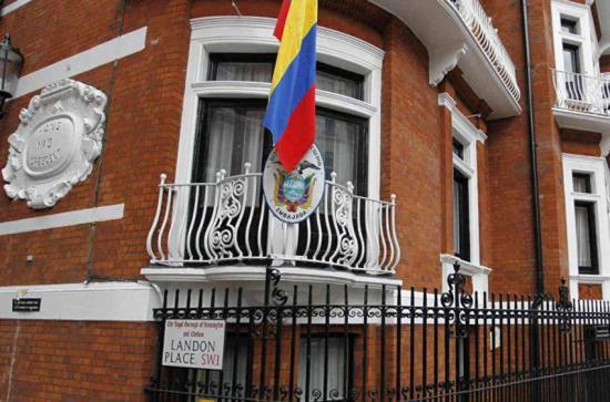Ecuador retira pertenencias de Assange de embajada y revisa su naturalización