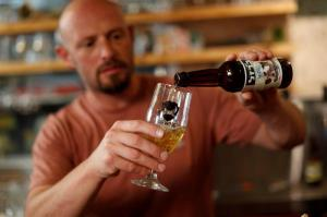Científicos israelíes recrean antigua cerveza a partir de levadura milenaria