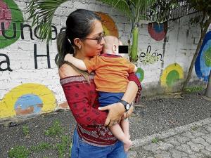 Una mujer intentó ahorcar a su bebé