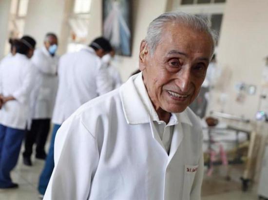 Médico trabaja a los 100 años