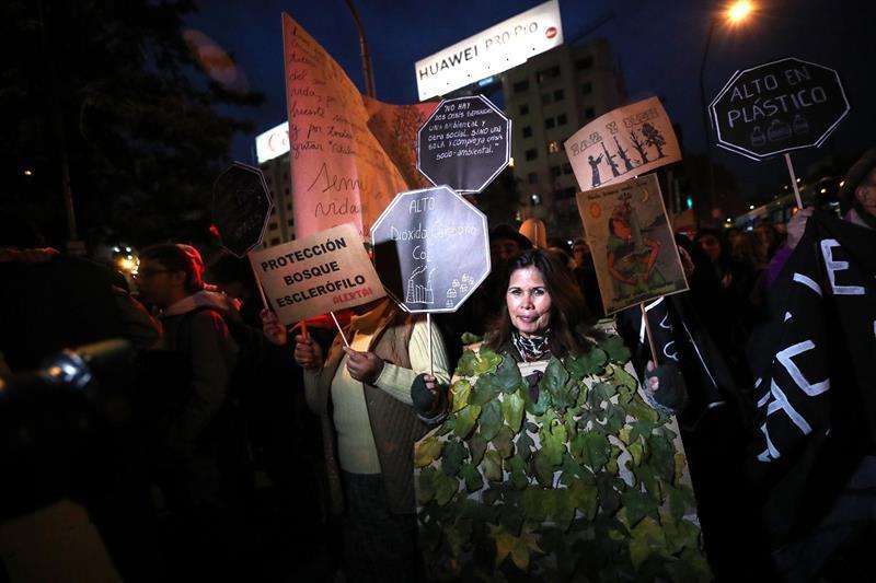 Cientos de personas marcharon en la capital chilena contra cambio climático