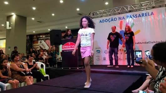 Desfile en pasarela de menores para ser adoptados causa repudio en Brasil