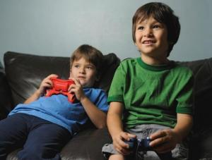 Videojuegos violentos afectan al comportamiento de niños ante armas reales