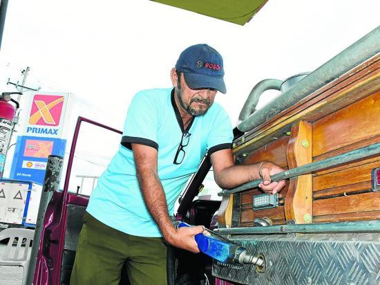 Carros sufren por el cambio de combustible en Manabí