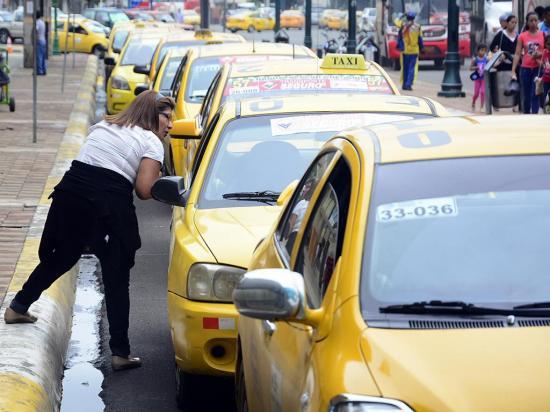 """Los taxistas y los """"informales"""" se pelean pasajeros en Manabí"""