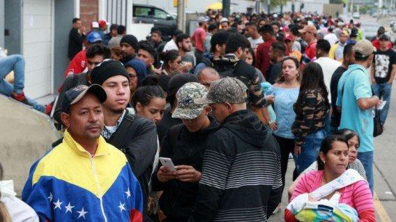 Aumenta el flujo de venezolanos en frontera de Ecuador ante pedido de visado en Perú