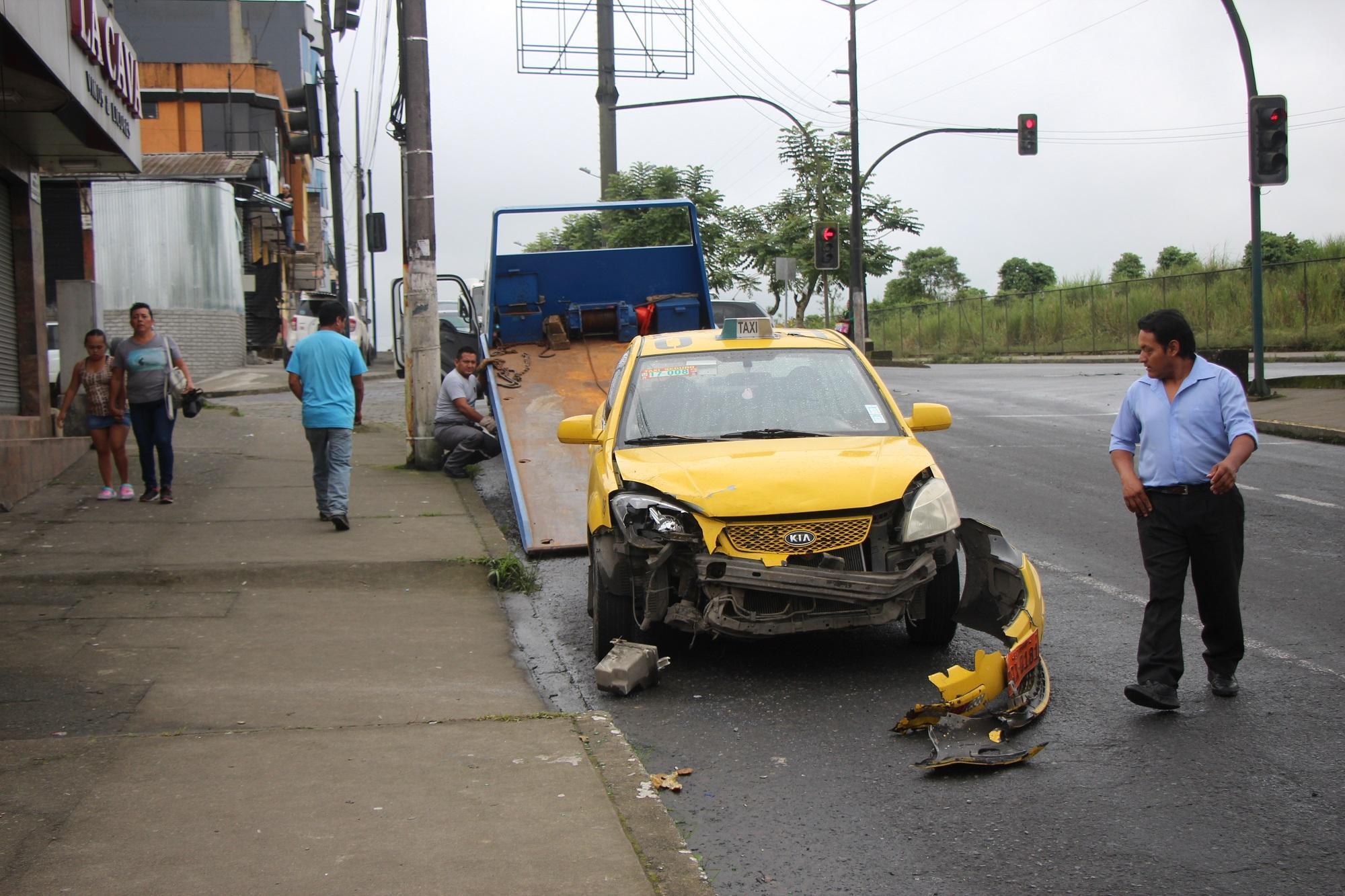 Ambulancia y taxi chocaron