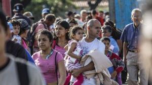 Venezolanos se agolpan en frontera de Ecuador para llegar a Perú