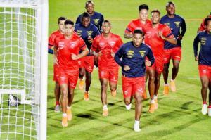 La selección de ecuatoriana trabaja la presión al rival pensando en Uruguay