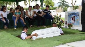 La sepultan a dos años de su muerte