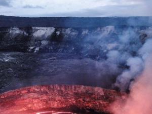 Hombre sobrevive  al caer al cráter  inactivo de un volcán