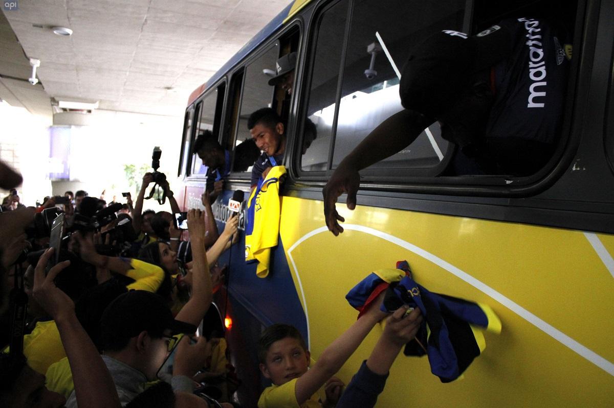 Arco de agua, aplausos y muestras de cariño para la Selección Sub20 de Ecuador a su llegada a Quito