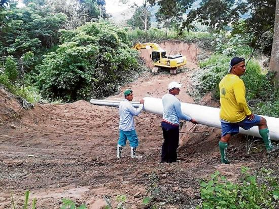 Construyen 5 tapes sobre el río Briceño