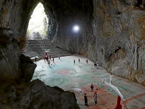 Cueva se convierte en cancha