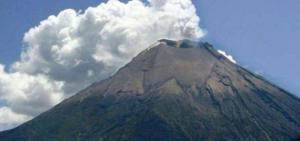 Advierten de posible caída 'mínima' de ceniza del volcán Reventador en Quito