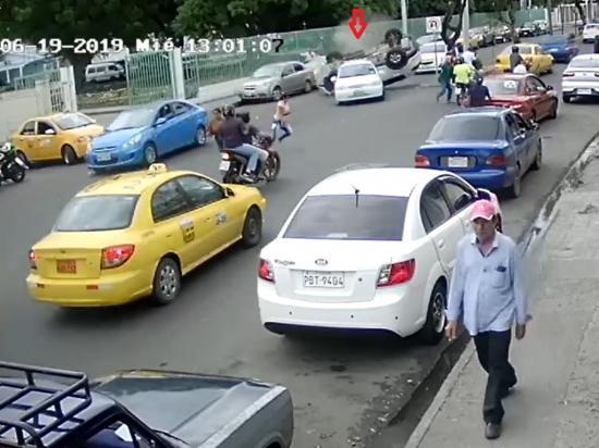 Carro se vuelca frente a hospital
