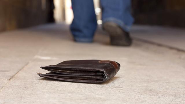 La gente devuelve más billeteras ''perdidas'' cuando hay más dinero en ellas