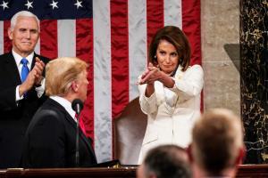 Pelosi pide a Trump que pare las redadas 'sin corazón' contra indocumentados