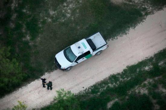 Hallan muertos a 3 niños y una mujer en EEUU cerca de la frontera con México