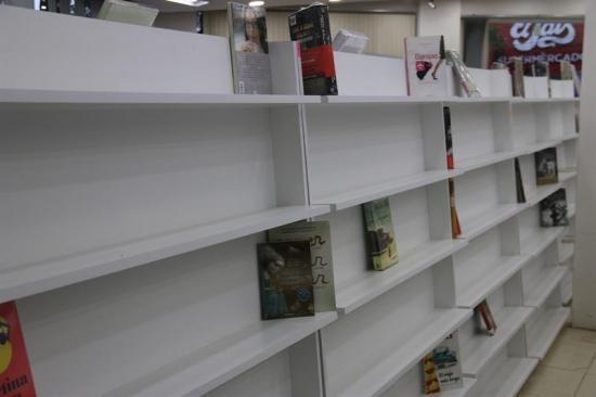 Librería vacía sus estanterías para alertar de escasa lectura en Paraguay
