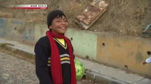Buscan a un niño boliviano que conmovió en las redes por su fútbol y valores