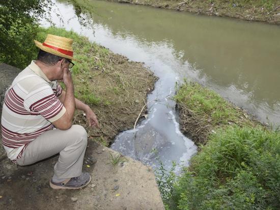 Aguas negras se descargan al río