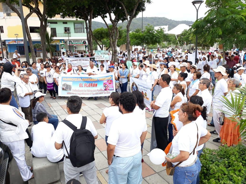 Manabitas marchan en contra del matrimonio igualitario