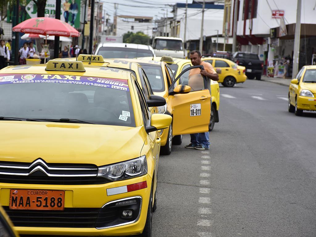 Taxistas acumulan facturas y no pueden cobrar compensación por aumento de gasolina