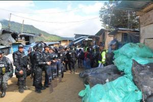 Seguridad de Ecuador toma ''ciudad de plástico'' para combatir el dorado minero