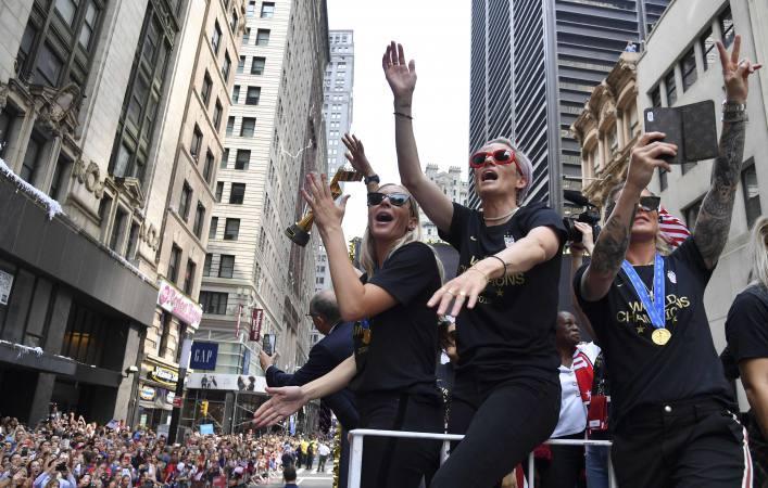 Un desfile de miles de neoyorquinos recibe a las campeonas del mundo