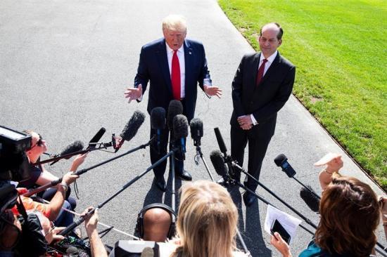 Trump confirma que el domingo empezarán redadas y deportarán a ''miles''
